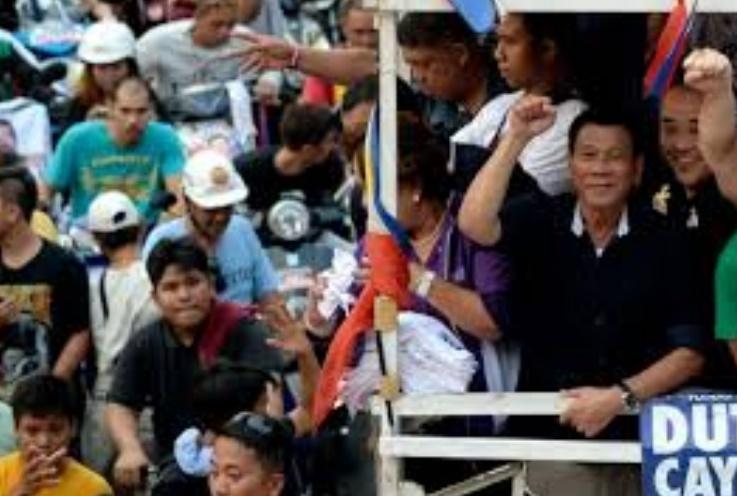 Une campagne outrancière propulse Rodrigo Duterte en pôle position de la présidentielle aux Philippines