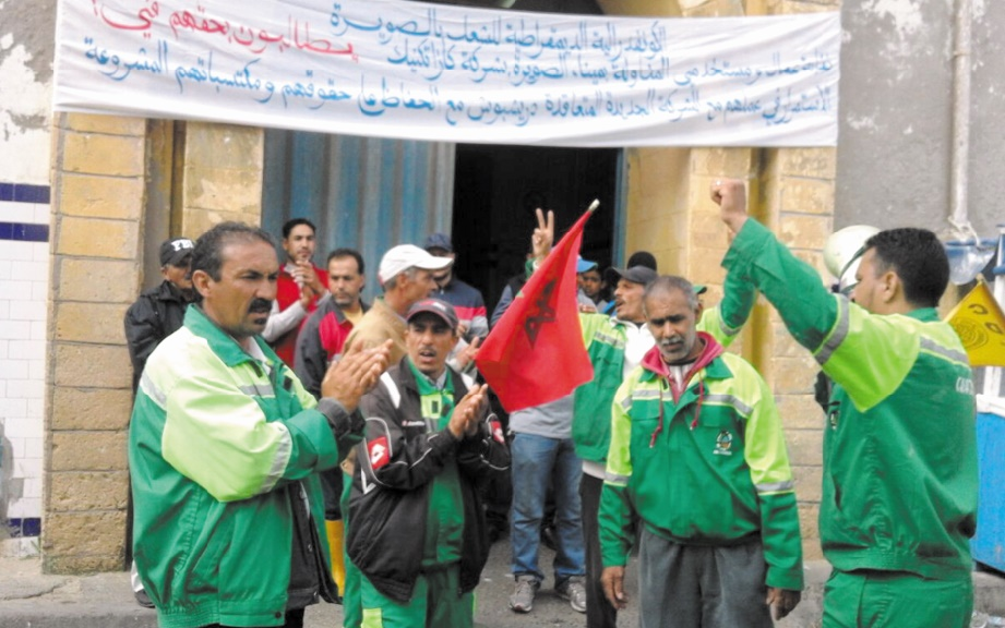 Les agents de nettoyage des halles d'Essaouira en sit-in