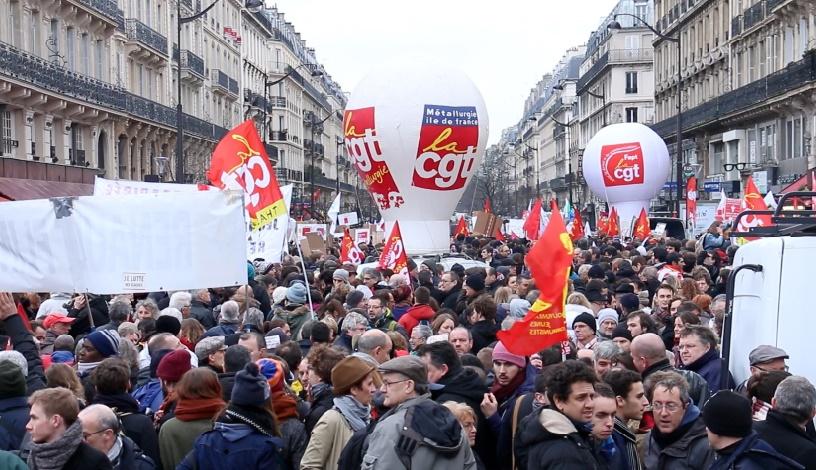 En France, le gouvernement socialiste affaibli impose in extremis sa réforme du travail