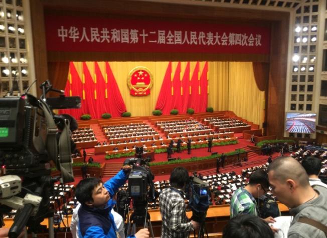 """Le N°3 chinois entame """"avec bienveillance"""" une visite tendue à Hong Kong"""