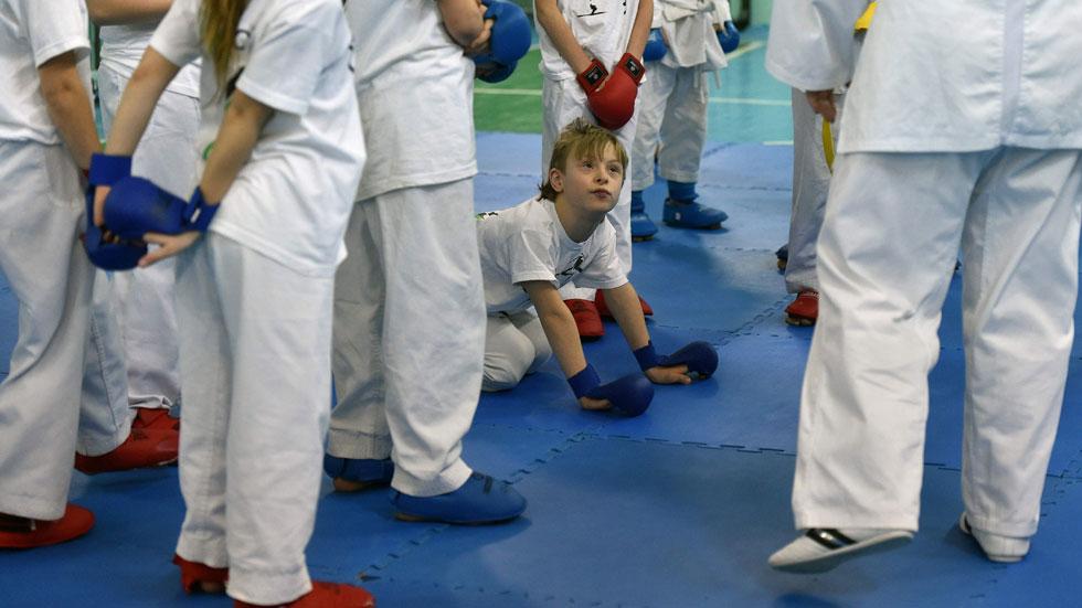 Trisomie et karaté: une école en Ukraine joue l'intégration