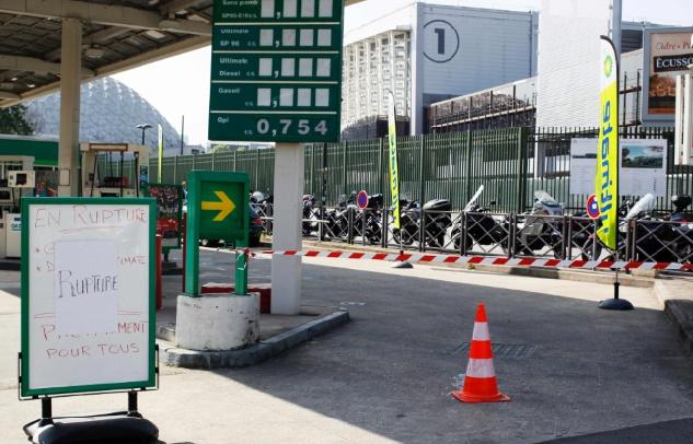 Le gouvernement Valls décidé à mettre fin aux blocages des raffineries et dépôts