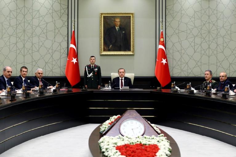 """Le pouvoir turc va soumettre une """"mini-révision"""" de la Constitution en faveur d'Erdogan"""