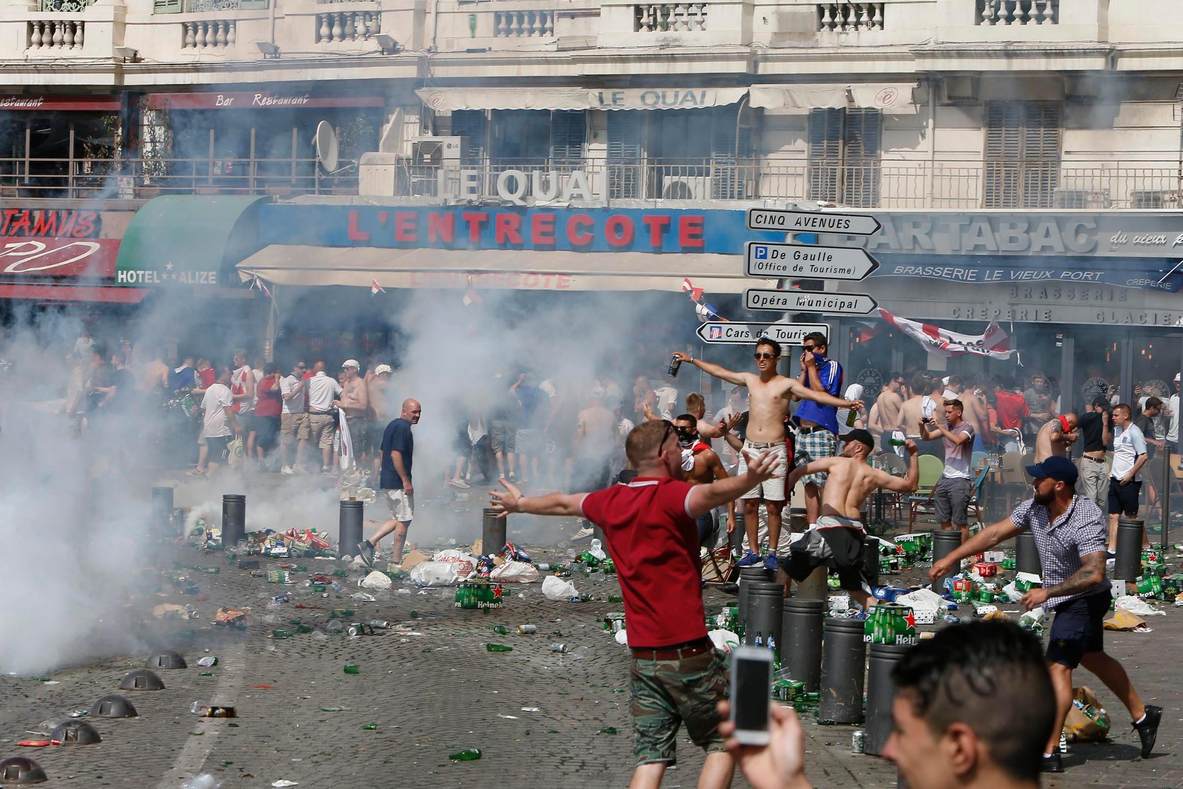 Les hooligans surexcités  gâchent la fête