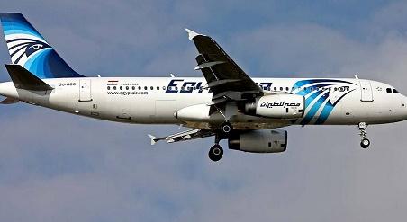 """Des morceaux de la carlingue de l'Airbus A320 d'EgyptAir localisés sur """"plusieurs sites"""""""