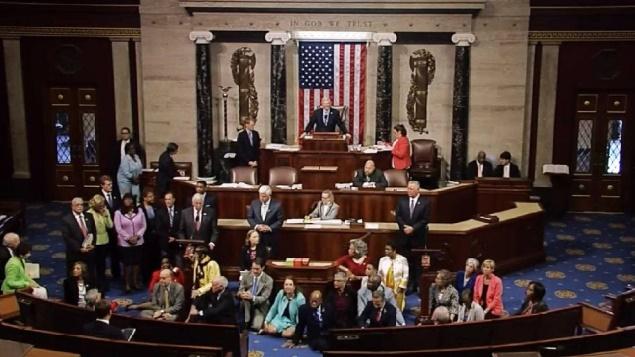 """""""Sit-in"""" des représentants démocrates contre les armes à feu aux Etats-Unis"""
