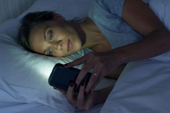 Regarder son smartphone la nuit peut entraîner des cécités temporaires