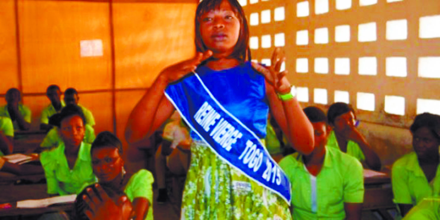 """Au Togo, les """"reines vierges""""  prônent l'abstinence dans les écoles"""