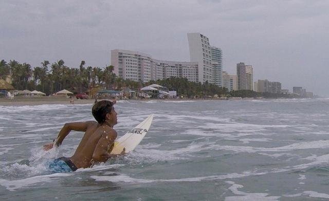 A Acapulco, les surfeurs tentent d'échapper à la vague de criminalité