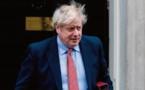 Boris Johnson, de la décontraction à la fermeté face au coronavirus
