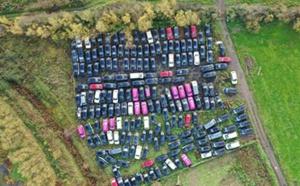 Près de Londres, fleurissent les champs de taxis abandonnés à cause de la pandémie