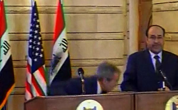 Le journaliste irakien qui a lancé ses chaussures sur Bush déclare avoir été torturé : Mountazer al-Zaïdi condamné