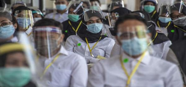 Record hebdomadaire de contaminations dans le monde, l'Angleterre serre la vis