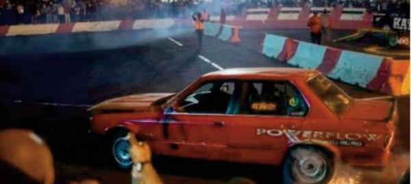 """En Afrique du Sud, l'adrénaline du """"spinning"""" , rodéos automobiles"""