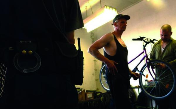 Quand des détenus tchèques bricolent des vélos pour des enfants d'Afrique...