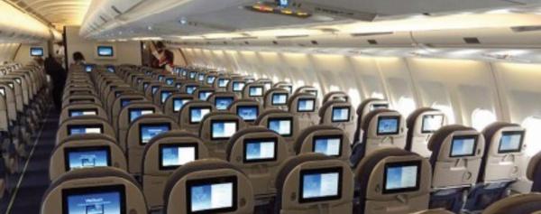 """Incliner son siège en avion? La """"guerre des jambes"""" fait rage"""