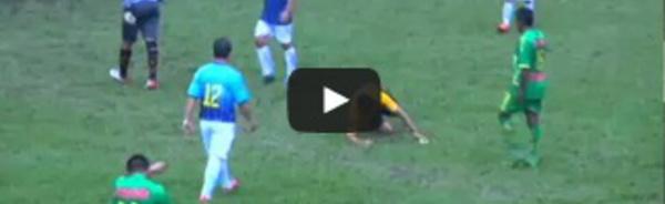 Terrible tacle par derrière d'un gardien sur un arbitre au Pérou