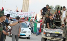 Les combats font rage en Libye : Les civils fuient encore Syrte, les anti-Kadhafi resserrent l'étau