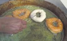 La préparation de beignets traditionnels, un métier qui lutte pour sa survie