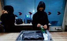 """A l'aéroport de Kaboul, les """"dernières femmes """" retravaillent malgré la peur"""