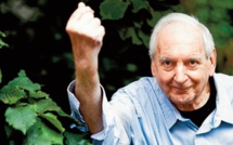 """""""Entartons les pompeux cornichons"""": La vitalité intacte du comique belge Noël Godin"""