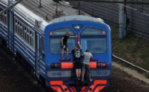 """En Russie, les """"zatseperi""""  courent sur les toits des trains pour braver l'ennui"""